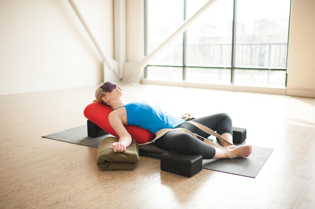 сядьте на небольшую подушечку, разведите стопы максимально широко; расположите ладони позади корпуса. Напрягите ноги, подайте носочки на себя и вытягивайтесь за макушкой головы вверх.